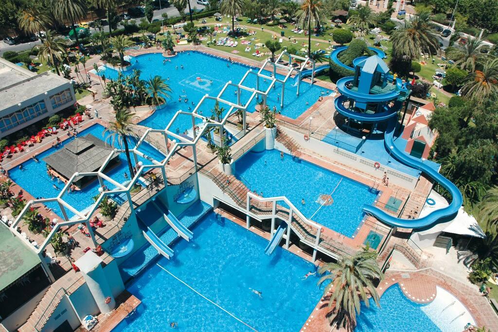 La urbanización dispone de un magnífico parque acuático, con piscinas, toboganes, chorros de agua y mucho más