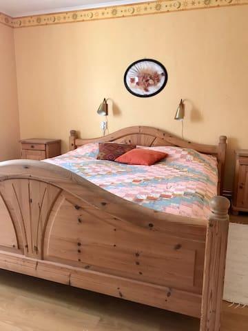 Dubbelsäng (2 madrasser x 90 cm) på övervåningen.