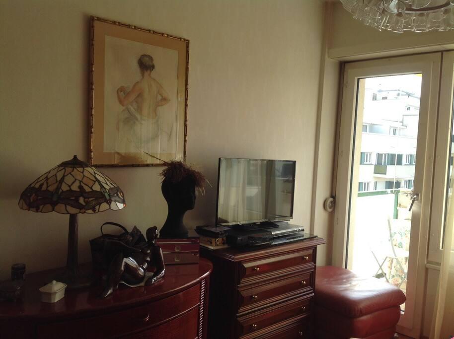 Chambre VIP - TV - Wifi - radio et balcon aménagé privé - chaises table - chaise longue -