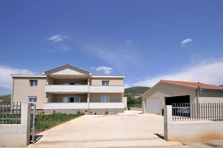 Three bedroom apartment with terrace Plano, Trogir (A-11649-a) - Plano - Lägenhet