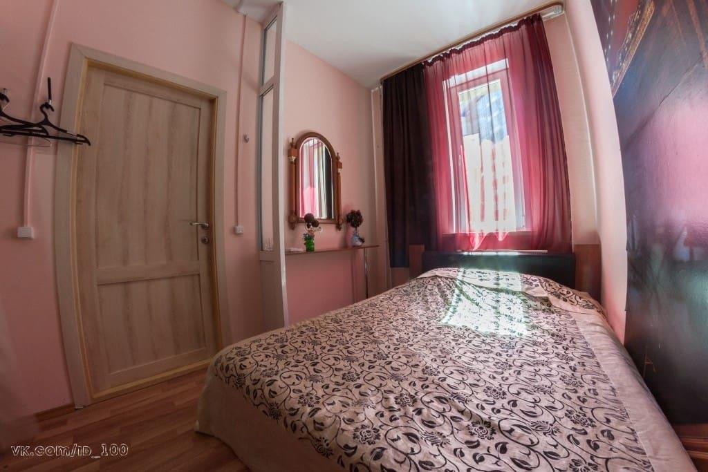 2-х местный номер с душем и туалетом. В номере широкая двухместная кровать, телевизор, зеркало, вешалка для вещей.