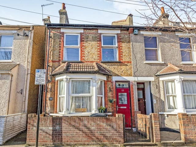 Cosy little flat 30 minutes from Central London!