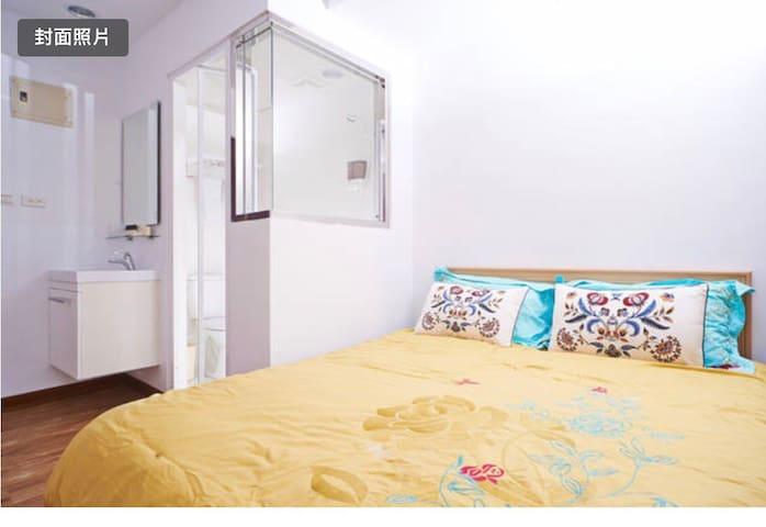 Cozy suite_2 mins to MRT/陽光客房_七張站兩分鐘,舒適溫馨,生活機能優