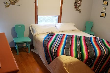 SantaFe Room in Raytown - King Size Pillowtop Bed! - Raytown