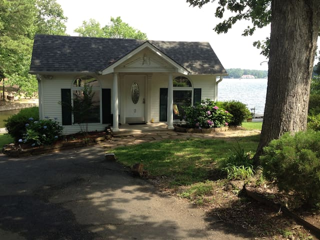 Peaceful, serene cottage on the lake which is conveniently located to fun filled activities.