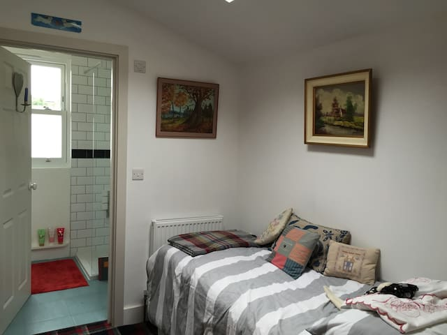Private room, superbly located by the Olympic Park - Londen - Huis