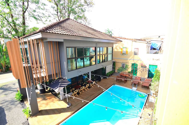 Cozy house,next to the pool, Near MRT Huai Khwang. - Bangkok - Hus