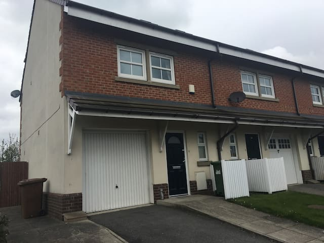 Stylish 3 Bedroom Townhouse in Gildersome, Leeds