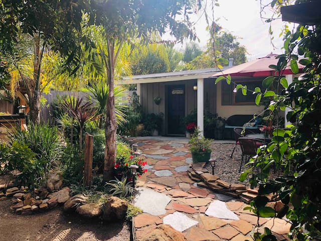 Charming Fallbrook Cottage, private yard & Jacuzzi