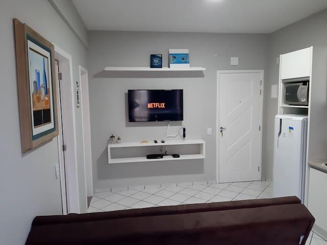 Sala de estar com televisão 43 polegadas com NETFLIX