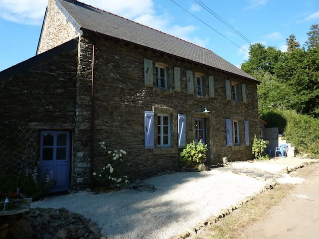 Pretty stone cottage in quiet country lane - Spézet - House