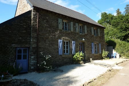 Pretty stone cottage in quiet country lane - Spézet