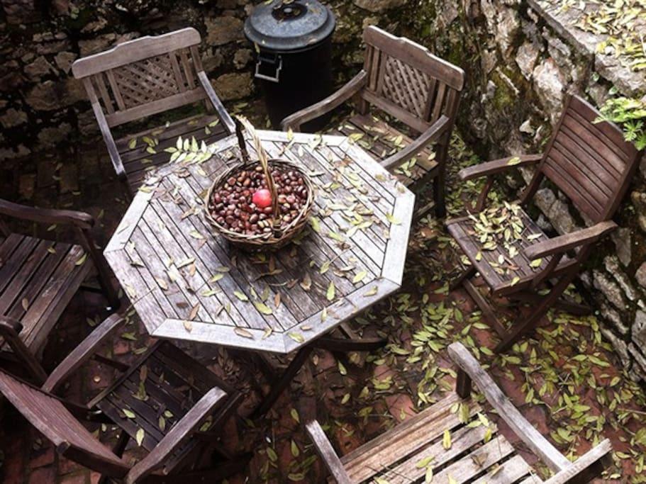 Terraza exterior con mesa y sillas.