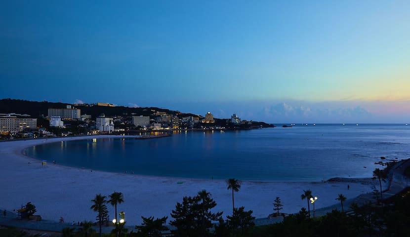 夜になると、ビーチでしっとりとロマンチックな時間を楽しめます。/ You can have a romantic time at the evening in Shirahama.