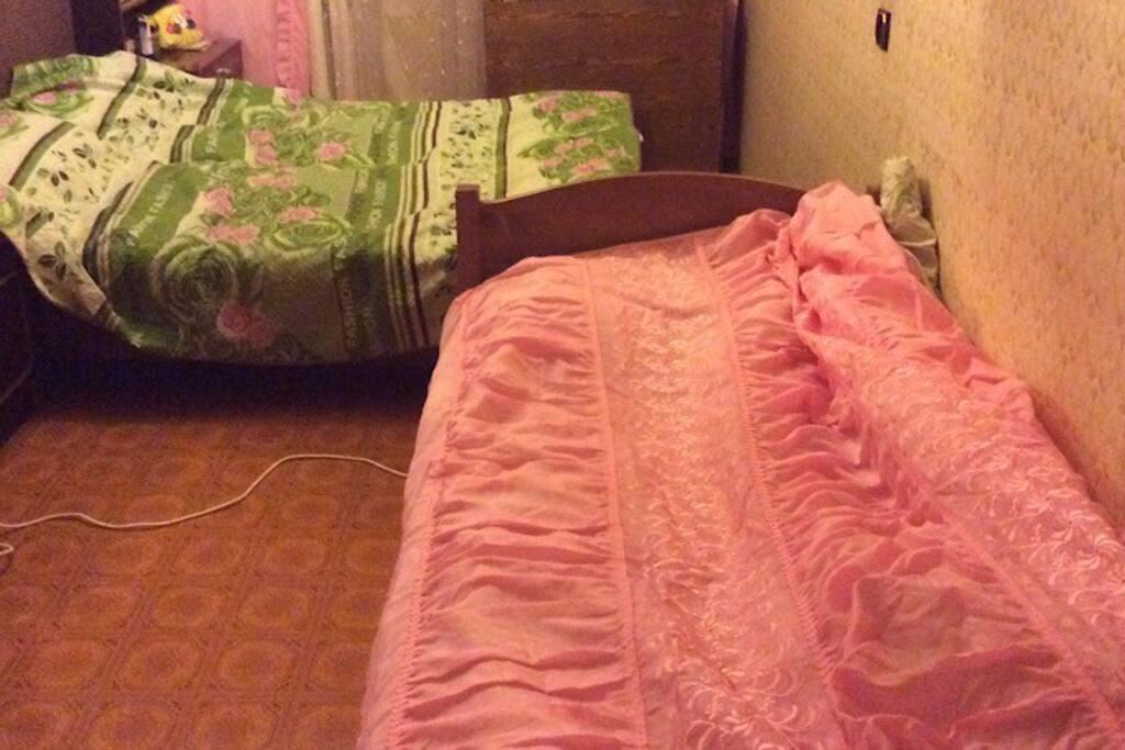 Одна кровать на 2 спальных места и одна на 1 спальное место