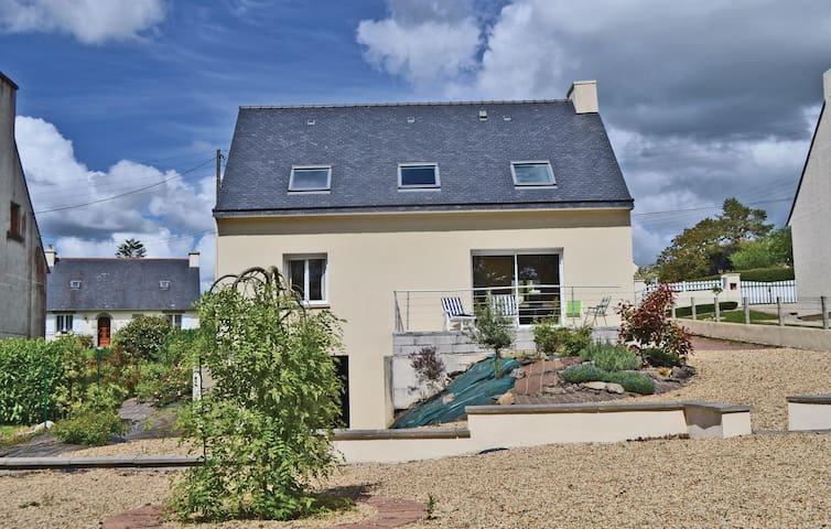Holiday cottage with 3 bedrooms on 115m² in Poullaouen