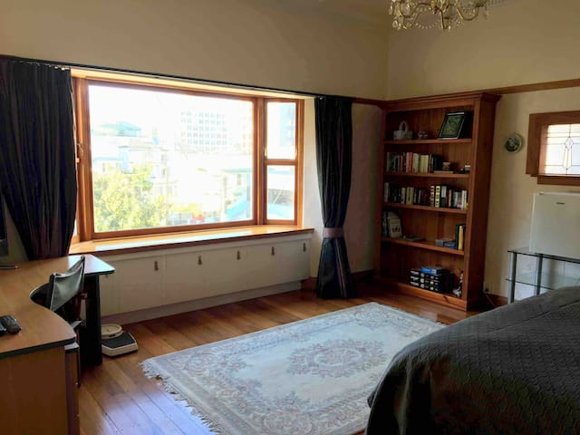 Walk to CBD, Large Room Private bathroom+breakfast