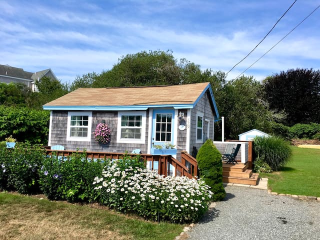 The Snug Cottage- Walk to Water-Newly Renovated