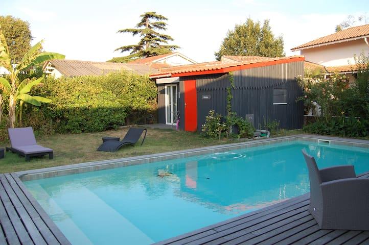 Bungalow  indépendant dans  maison avec piscine