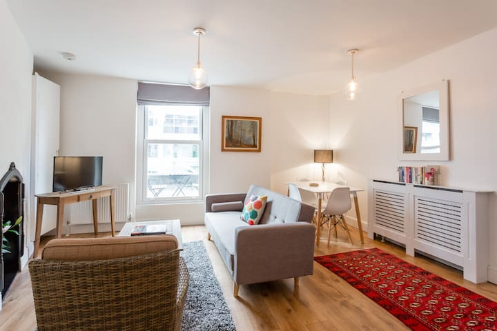 Stylish and Quaint Flat- Minutes From Regents Park