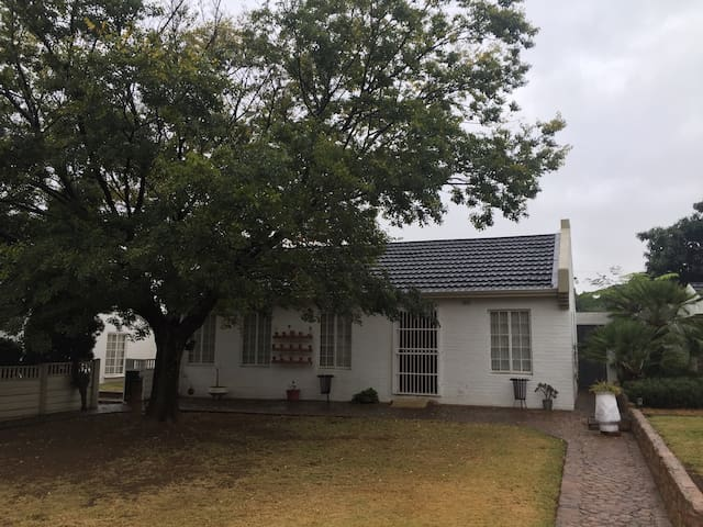 Comfortable cottage on small farm - Benoni - Bed & Breakfast