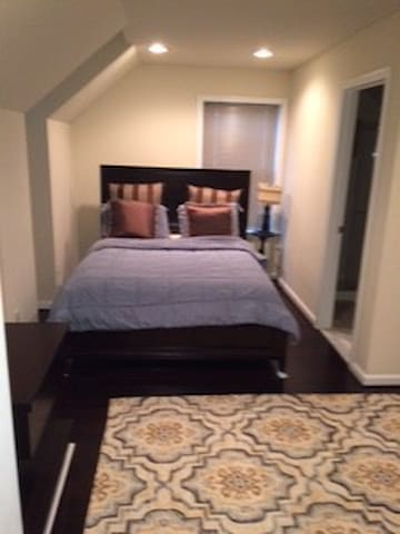 Private room/bath near Dulles Airport - Ashburn - Townhouse