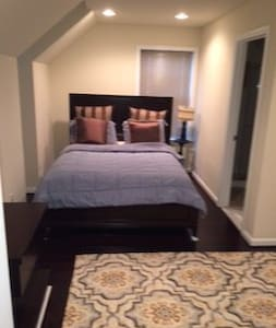 Private room/bath by Dulles Airport - Ashburn