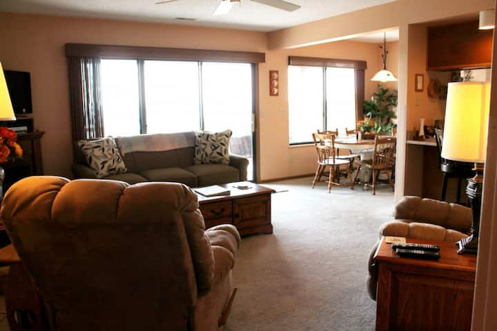 So Nice! 2 bed 2 bath Lake Condo- Cozy home. Walk in (no steps) Relaxing hammock on deck. Ideal Location!