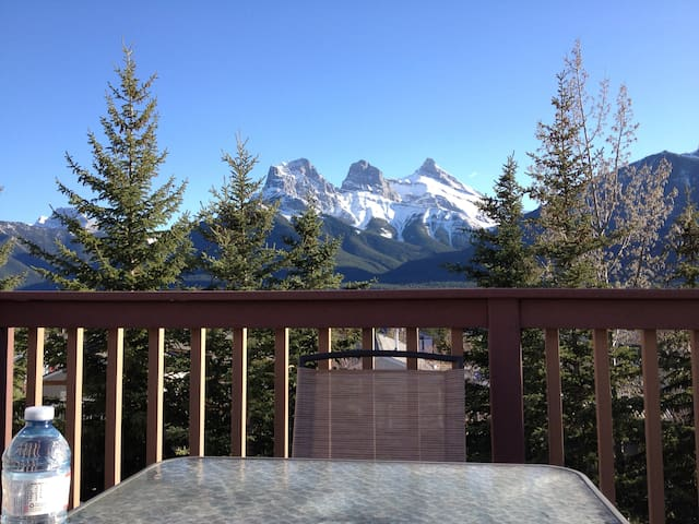 Roomy mountain adventure basecamp - Canmore