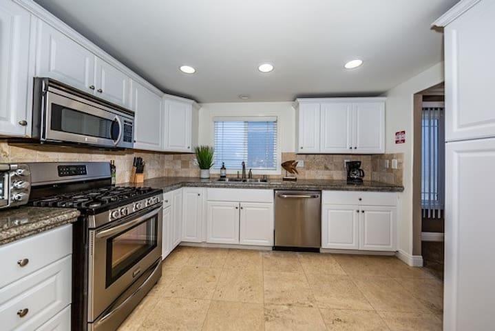 1 block from beach 4 bedroom 2 bath Newport Beach