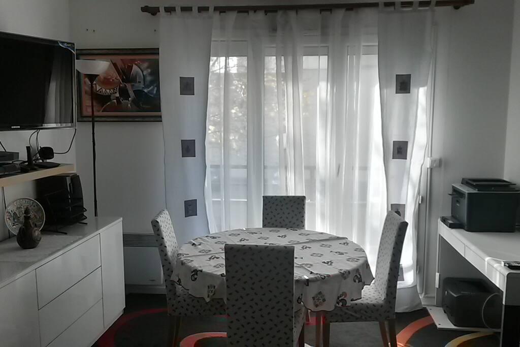 Salle à manger et bureau avec imprimantes