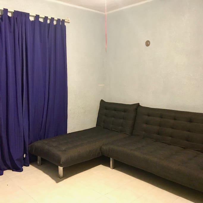 Cuarto Azul: sencilla habitación con dos sofás cama, ventilador de techo, aire acondicionado y closet. El baño se encuentra a un costado de la habitación.