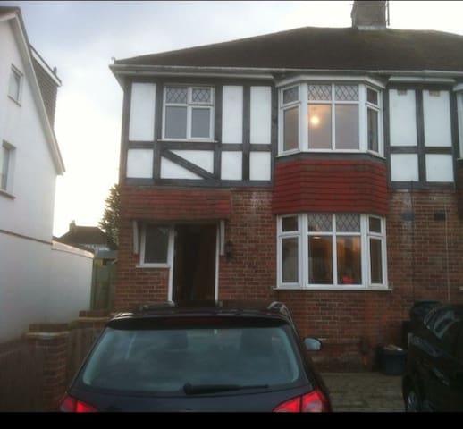 Large 3 Bedroom semi detached house in Brighton - Brighton - Huis