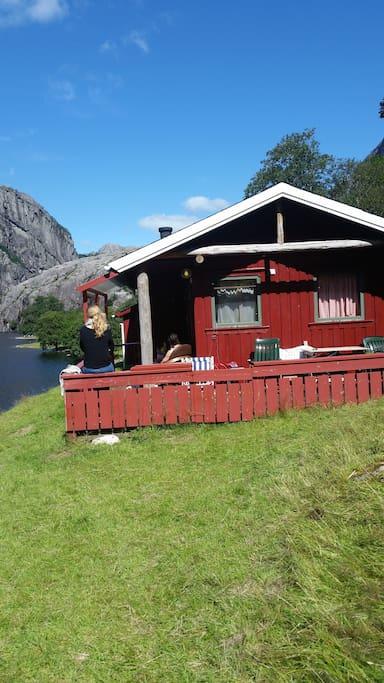 Hytta  har fin terrasse med utsikt til badestrand, 20 m