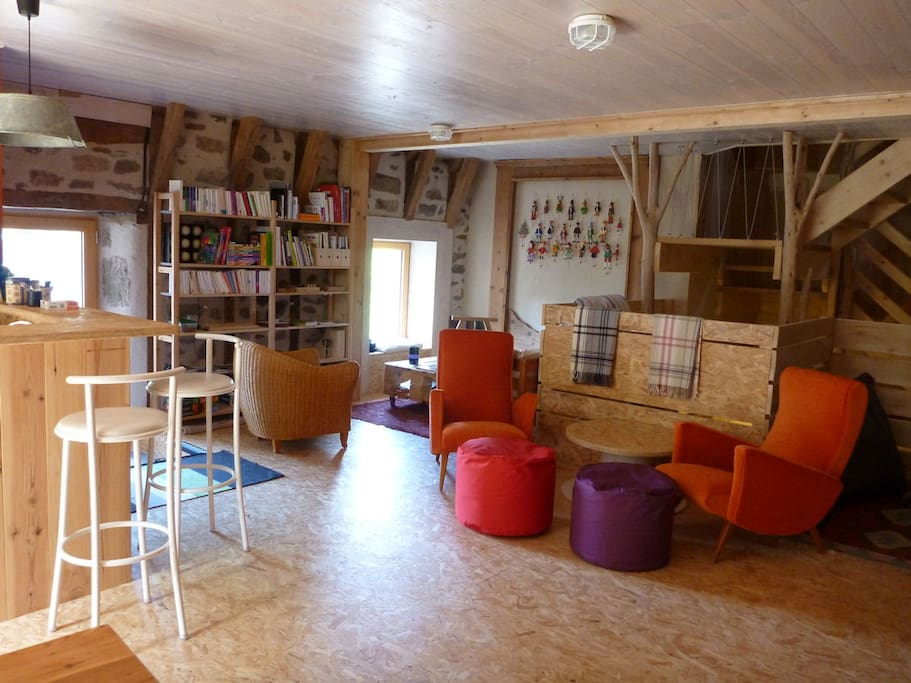 Salle de détente, chacun trouve son petit coin pour bouquiner, nombreux livres, BD, et revues à disposition ainsi que des jeux