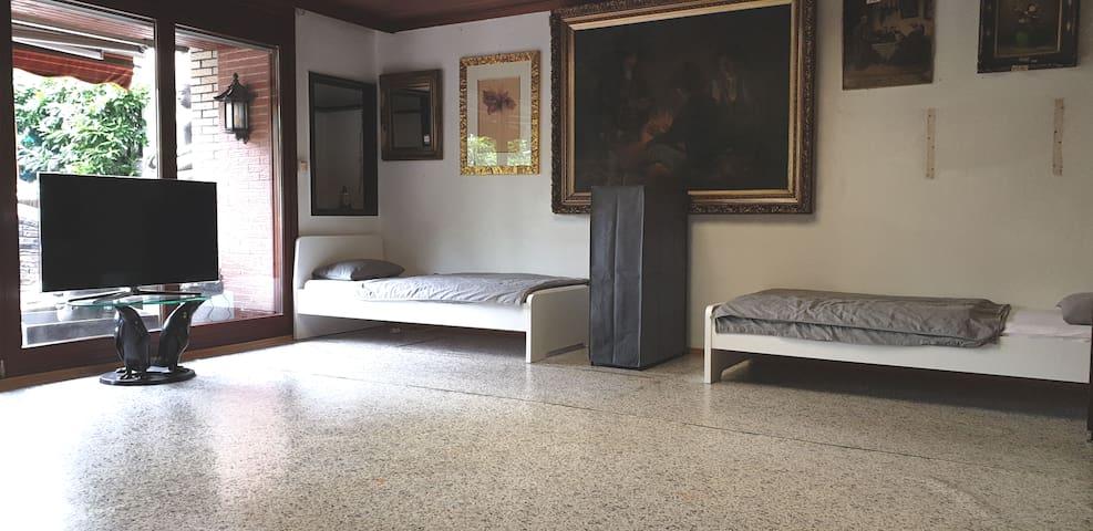 Terrassenblick - hier hast Du einen direkten Zugang zum Gartenbereich und der grossen Küche. Das Zimmer kann von einer bis zu vier Personen belegt werden.