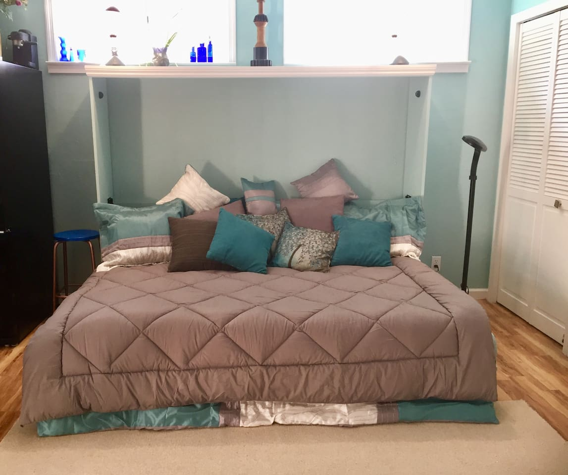 Inviting queen bed