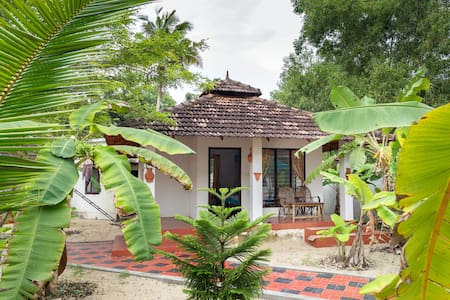 Cottage on Marari Beach - twin bed a/c - Bed & Breakfast