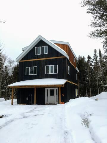 Big Cedar House - Walk to winery, 1 mile to ski!