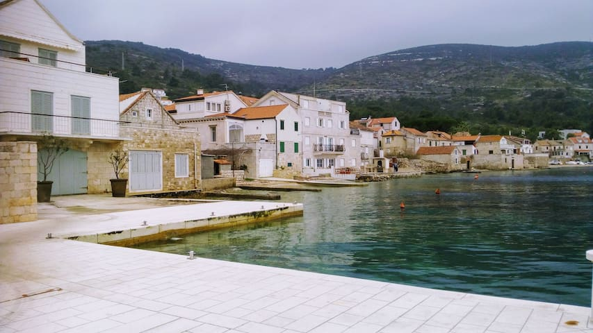 Picturesque cottage on the waterfront