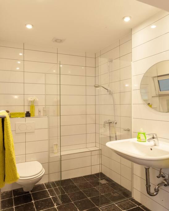 Badezimmer mit bodengleicher Dusche und Fußbodenheizung