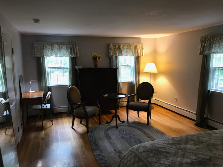 Large private room/bath 15 min. to Worcester.