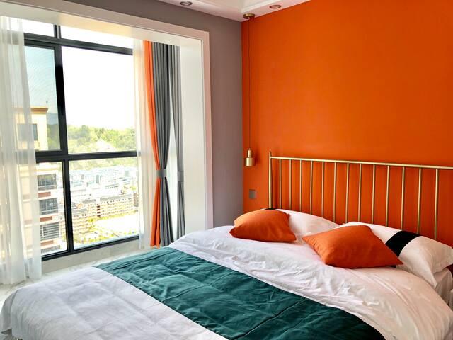 橘色次卧配备了1张1.5m大床,定制了豪华酒店床上用品,拥有非常实用的玻璃阳光顶阳台,可俯瞰整个高校校园
