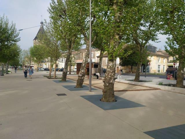 Esplanade à proximité immédiate du studio. Le studio est dans le bâtiment à droite de la photo
