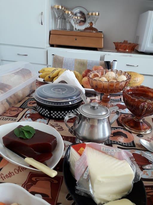 Frutas ... pão de queijo ... goiabada com queijo, café...