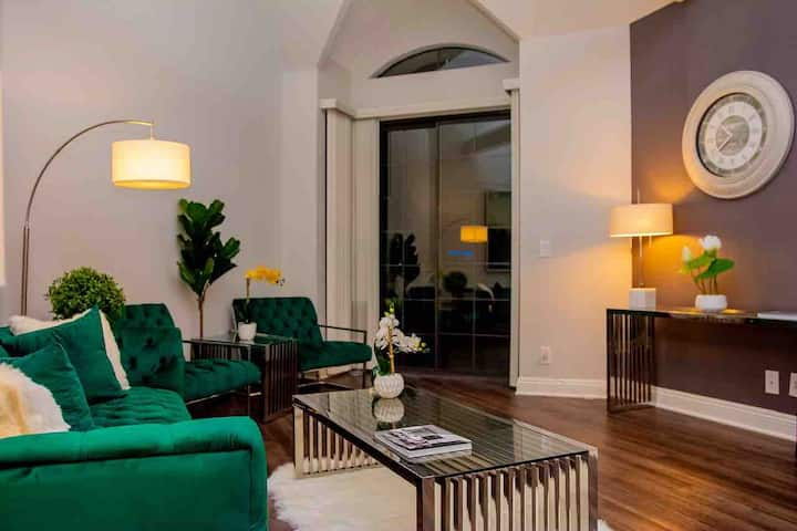 Luxury 2 bed 2 bath heart of Beverly Hills