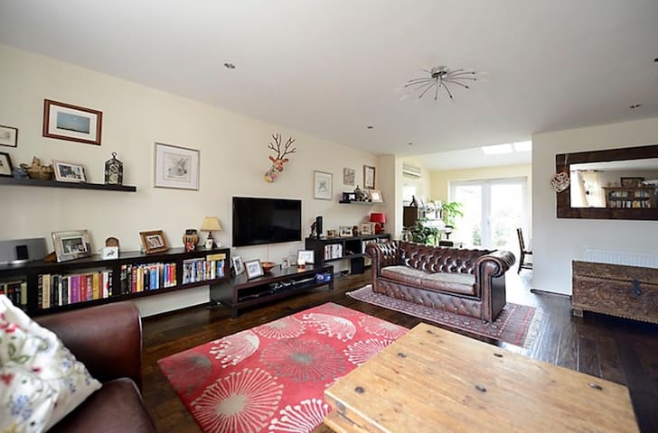Spacious family home in beautiful English village - Hartley Wintney - Huis