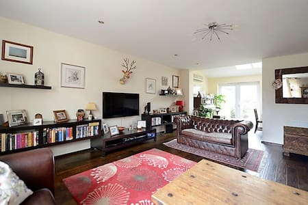 Spacious family home in beautiful English village - Hartley Wintney - Hus