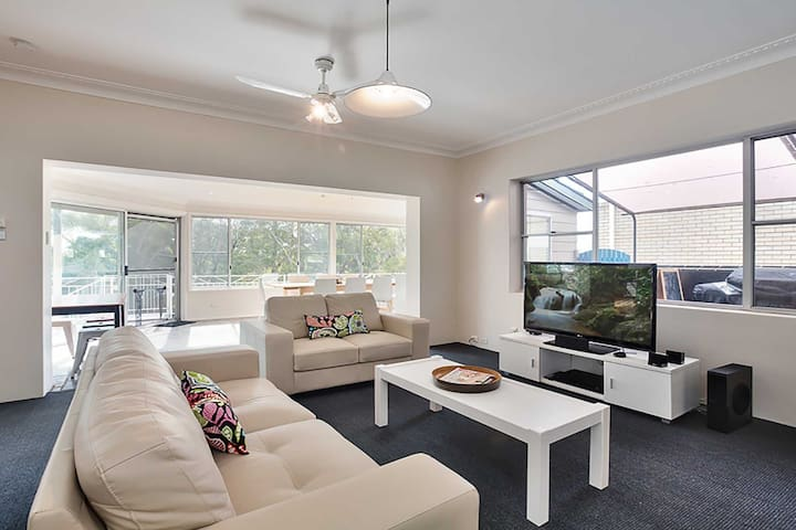 'Banyan' 14 Montevideo Parade - spacious three bedroom pet friendly property with air con