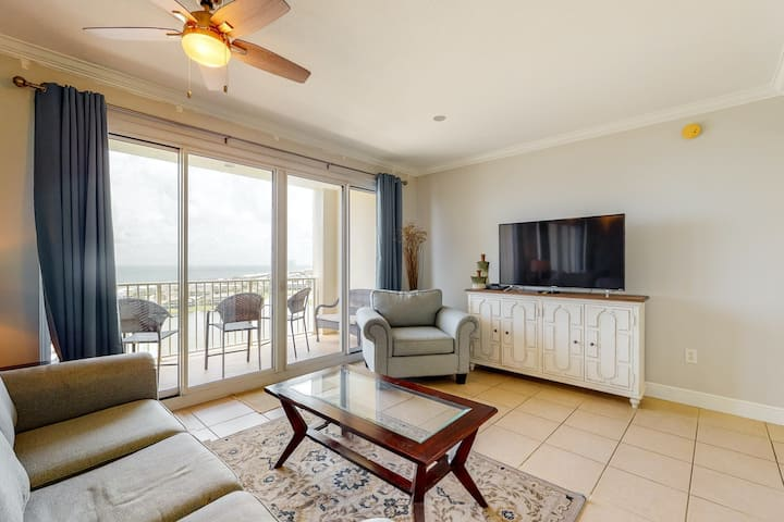 Beach view 15h-floor condo w/shared outdoor heated pool, gym, & golf on-site